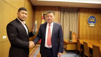 Монгол Улсын арслан Р.Пүрэвдагвад Монгол Улсын Ерөнхийлөгчийн нэрэмжит үүрд хадгалагдах цом гардуулав