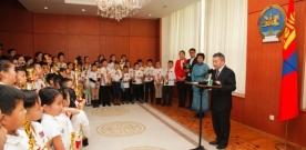 """Монгол Улсын Ерөнхийлөгчийн Тамгын газрын дарга З.Энхболд """"Цээж тоолол-Соробан сампин""""-гийн олон улсын 22 дахь удаагийн тэмцээнд Монголын ТОЯА Хүүхэд хөгжлийн академиас оролцсон сурагчдыг хүлээн авч уулзлаа"""