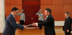 Европын Холбооноос Монгол Улсад суух Онц бөгөөд Бүрэн эрхт Элчин сайд Траян Лауренцю Христеа Монгол Улсын Ерөнхийлөгч Х.Баттулгад ИЖБ-ээ өргөн барив